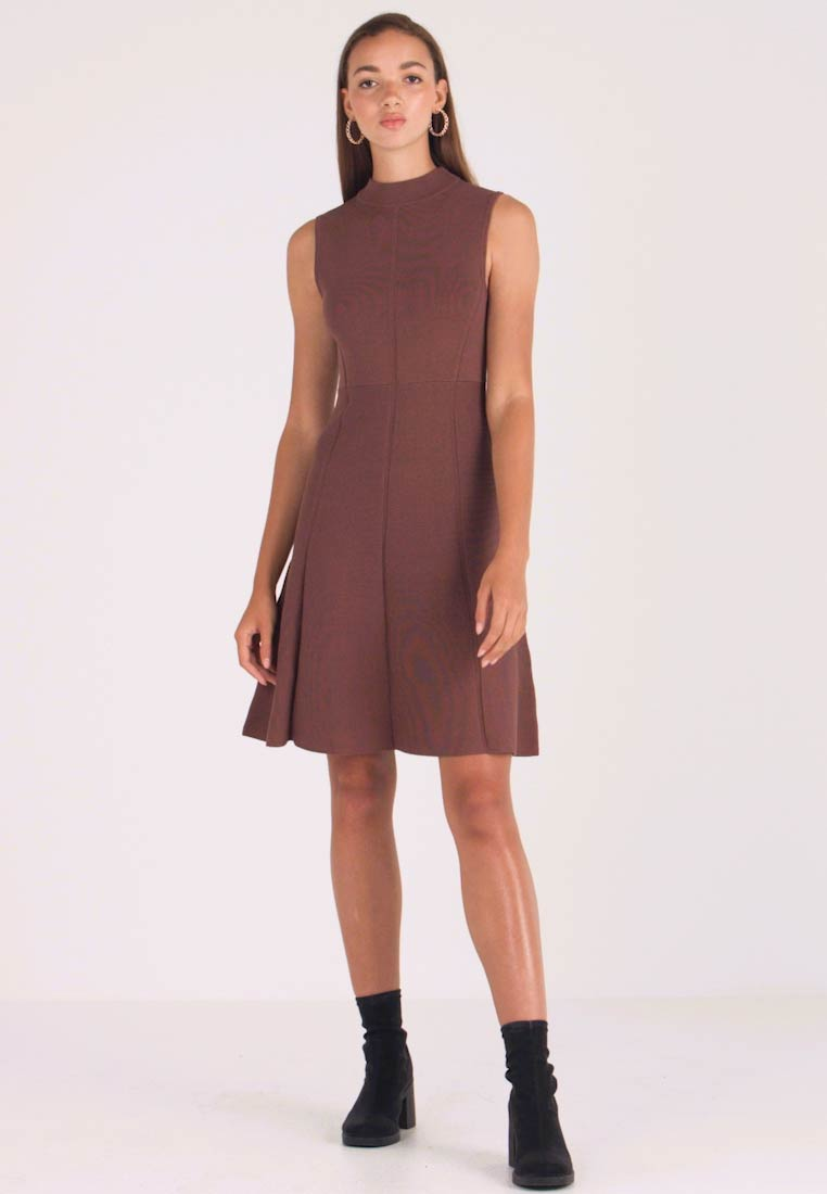 Forever New - FIT AND FLARE DRESS - Pletené šaty - chocolate - 1