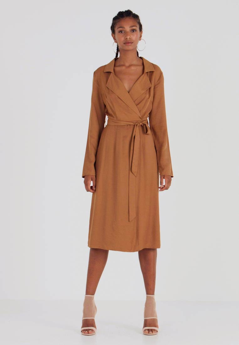 Missguided - PLUNGE BELTED SLIT FRONT MIDI DRESS - Blousejurk - sand - 1