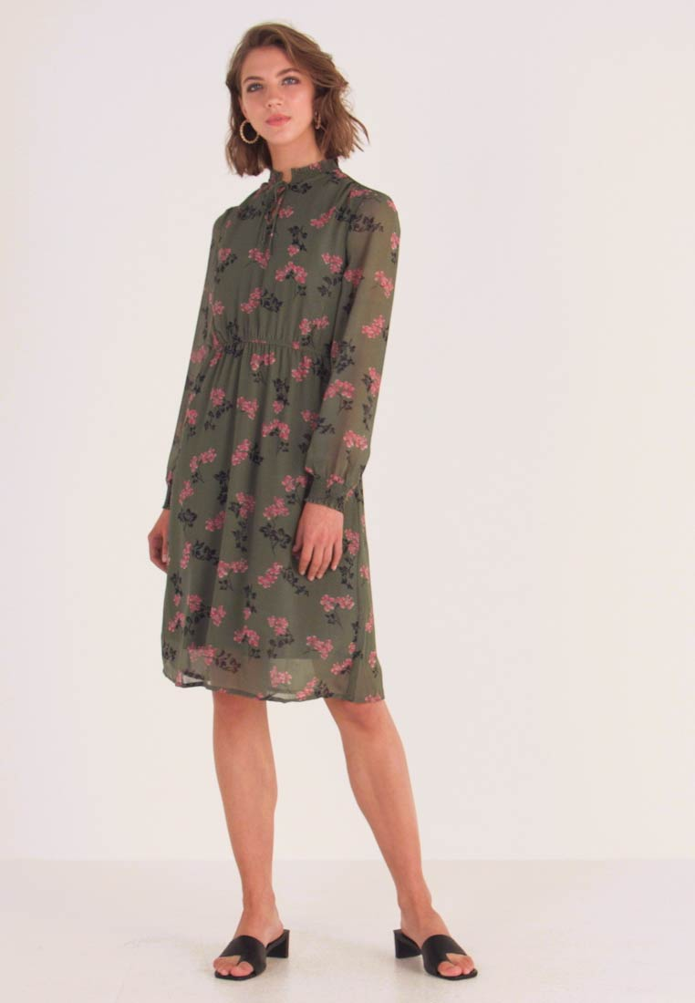 Vero Moda - VMROSSY SMOCK DRESS - Vapaa-ajan mekko - laurel wreath/nellie - 1