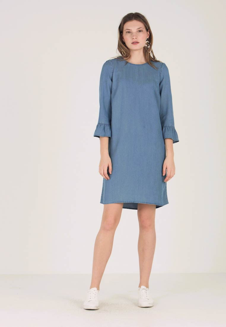 Vero Moda Tall - VMLISSY 3/4 SLEEVE SUMMER DRESS - Robe d'été - light blue denim - 1