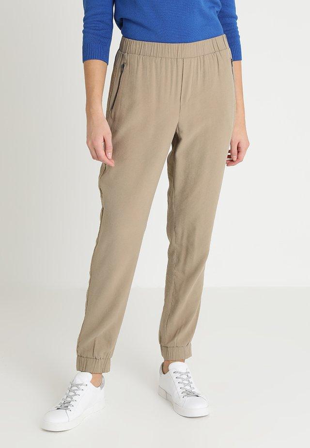 JACOBELLA PANTS - Pantaloni - wet sand