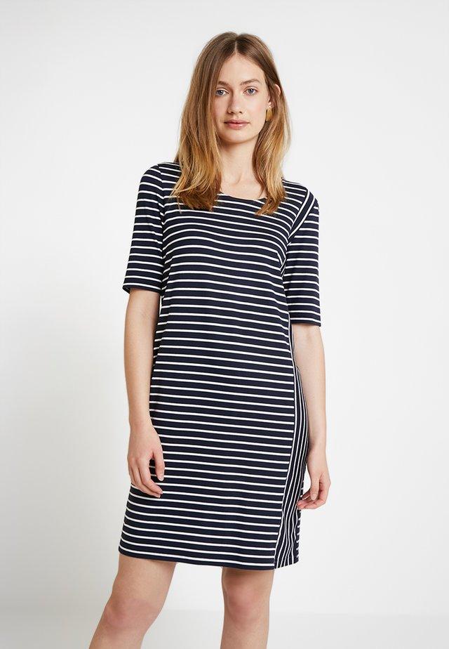 Jerseyklänning - blau/ecru/weiss patch