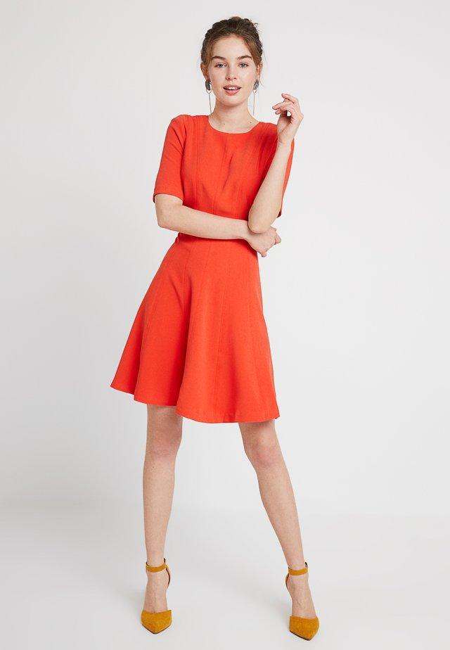 LINEAR SEAMED DRESS - Žerzejové šaty - geo red