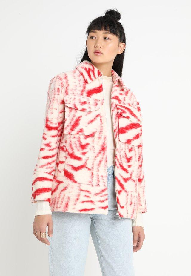 CENNA - Light jacket - red/ecru