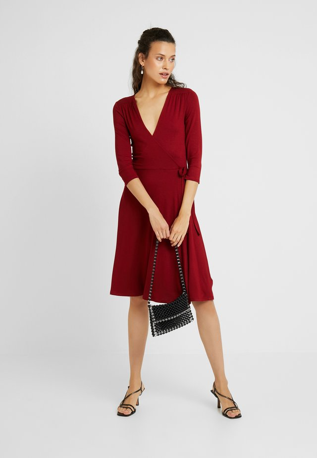WRAP DRESS - Trikoomekko - berry