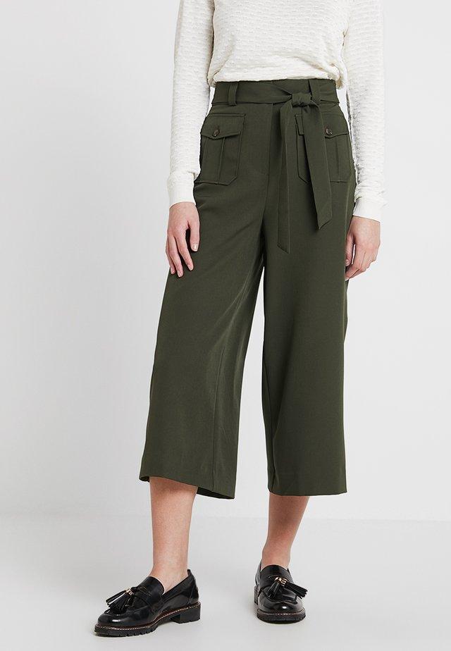 UTILITY POCKET TIE WAIST CROP - Spodnie materiałowe - dark green