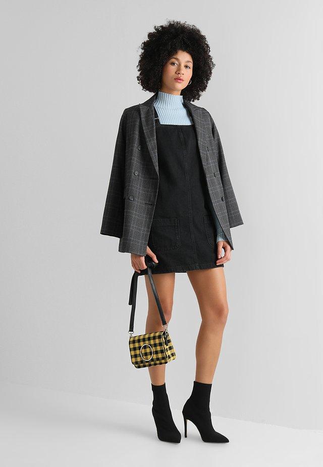 CHARLOTTE BUCKLE PINNY - Vestito di jeans - black
