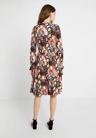 SNAKE PRINT TIER DRESS - Jersey dress - cream