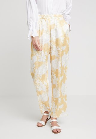 DARLINA FLORAL PANTS - Stoffhose - snapdragon yellow