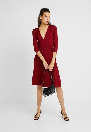 WRAP DRESS - Jerseykleid - berry