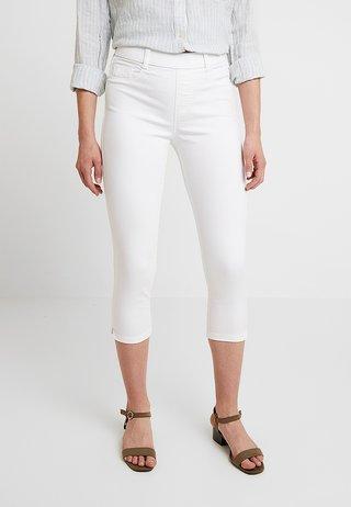 EDEN CROP - Shorts vaqueros - white