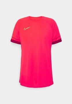 Nike Performance - Printtipaita - bright crimson/gym red/volt