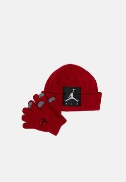 Jordan - OFFSET PATCH BEANIE SET UNISEX - Fingerhandschuh - gym red