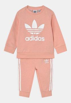adidas Originals - CREW SET UNISEX - Chándal - haze coral/white
