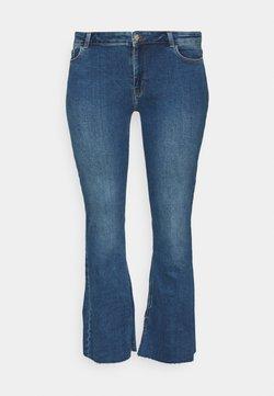 Pieces Curve - PCKAMELIA  - Flared Jeans - medium blue denim