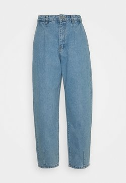 Missguided Petite - SLOUCH HIGHWAISTED PLEAT DETAIL - Relaxed fit jeans - light blue