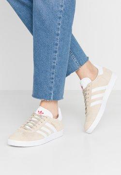 adidas Originals - GAZELLE - Joggesko - savanne/footwear white/glow red
