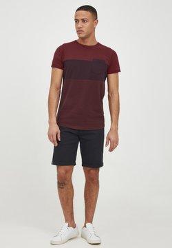 INDICODE JEANS - T-Shirt print - bordeaux
