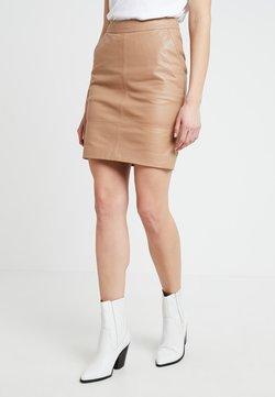 Gestuz - CHAR MINI SKIRT - Leather skirt - burro