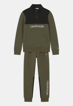 Calvin Klein Jeans - ZIP-UP SET - Survêtement - grape leaf