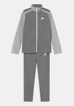 Nike Sportswear - FUTURA SET UNISEX - Survêtement - smoke grey/light smoke grey/white