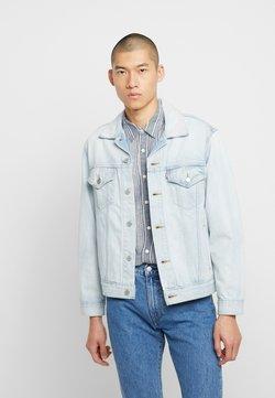 Levi's® - VINTAGE FIT TRUCKER UNISEX - Veste en jean - light-blue denim