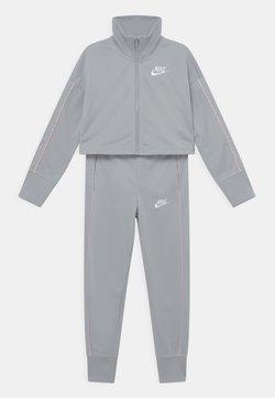 Nike Sportswear - SUIT SET - Trainingsjacke - light smoke grey/pink foam/white
