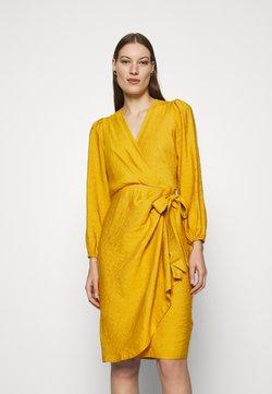 Closet - PLEATED WRAP DRESS - Kjole - mustard