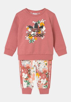adidas Originals - SET HER LONDON ALL OVER PRINT ORIGINALS TRACKSUIT - Jogginghose - hazy rose/multicolor/black