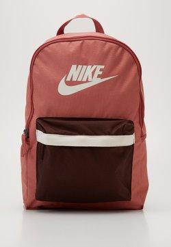 Nike Sportswear - HERITAGE - Tagesrucksack - canyon pink/earth/pale ivory