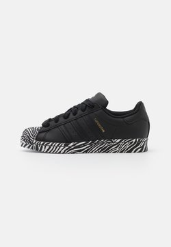 adidas Originals - SUPERSTAR SPORTS INSPIRED SHOES - Sneakers laag - core black/gold metallic/footwear white