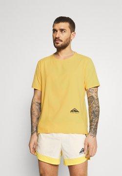 Nike Performance - TRAIL RISE - T-shirt imprimé - solar flare/silver