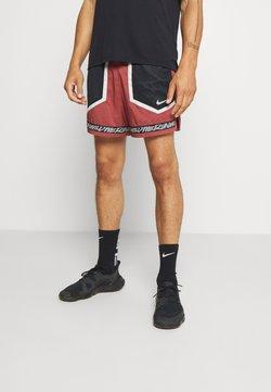Nike Performance - STRIDE - Pantalón corto de deporte - claystone red/light bone/reflective silver