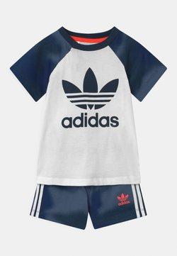 adidas Originals - SET UNISEX - Shorts - white/creblu