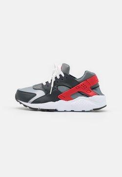 Nike Sportswear - HUARACHE RUN UNISEX - Zapatillas - dark smoke grey/university red/light smoke grey/smoke grey