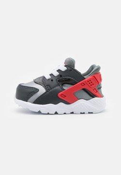 Nike Sportswear - HUARACHE RUN UNISEX - Baskets basses - dark smoke grey/university red/light smoke grey/smoke grey