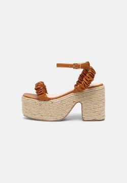 RAID - REMINGTON - Korkeakorkoiset sandaalit - brown