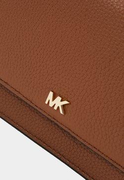 MICHAEL Michael Kors - MOTTPHONE CROSSBODY - Umhängetasche - luggage