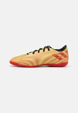 adidas Performance - NEMEZIZ MESSI .4 IN UNISEX - Chaussures de foot en salle - gold metallic/scarlet/core black