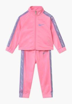 Nike Sportswear - COLORSHIFT TAPING TRICOT SET - Survêtement - pink