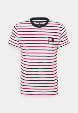 Tommy Hilfiger - WAVY FLAG STRIPE TEE - T-shirt con stampa - ecru/desert sky/primary red