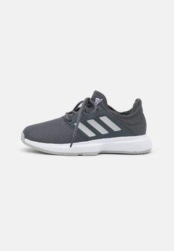 adidas Performance - GAMECOURT - Multicourt Tennisschuh - grey six/silver metallic/purple tint