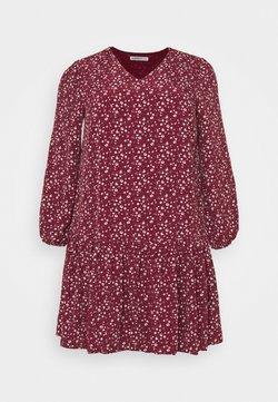 Glamorous Curve - VNECK SMOCK DRESS - Freizeitkleid - maroon ditsy