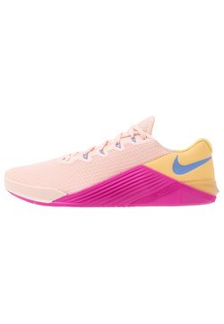 Nike Performance - METCON 5 - Kuntoilukengät - washed coral/washed coral/topaz gold/fire pink/royal pulse