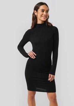 NA-KD - RUCHED RAGLAN - Vestido de tubo - black