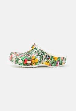 Crocs - CLASSIC PRINTED FLORAL - Matalakantaiset pistokkaat - white/multicolor