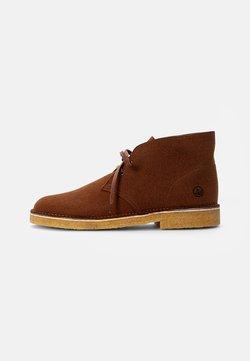 Clarks Originals - DESERT BOOT - Sznurowane obuwie sportowe - brown