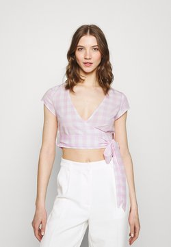 Glamorous - WRAP CROP TOP WITH TIE LOW VNECK AND SHORT SLEEVES - T-shirt con stampa - lilac gingham