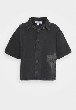 NU-IN - STEFANIE GIESINGER X nu-in SHORT SLEEVE OVERSIZED LASER PRINT DENIM - Overhemdblouse - dark grey
