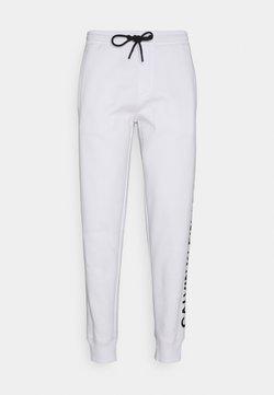 Calvin Klein Jeans - VERTICAL LOGO PANT - Jogginghose - bright white